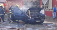 Susto de vecinos por un auto que se incendió