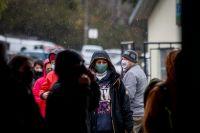 Vecinos tuvieron que hacer fila bajo la lluvia para votar y se preguntan qué pasará en noviembre
