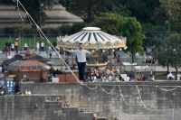 Hazaña en Francia: un equilibrista cruzó el Sena a 70 metros de altura