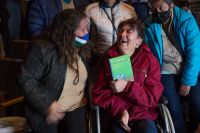 """Sandra Rivera recibió su tercer libro """"Somos como somos"""""""