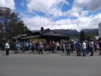 Vecinos de El Bolsón realizaron un abrazo simbólico al Club Andino Piltriquitrón