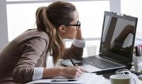 Cuidá tu postura frente a la computadora con estos consejos