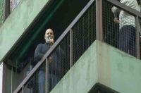 Emocionante despedida al tenor que cantaba para sus vecinos desde el balcón
