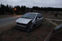 Perdió el control de su auto y chocó contra un guard rail en la curva de las vías