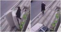 Video: un hombre tiró un sillón por la ventana y casi aplasta a su vecina